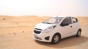 ABU DHABI, VEREINIGTE ARABISCHE EMIRATE - 3. April 2014: Liwa-Wüste in Abu Dhabi-Westregion Al Gharbia mit einem kleinen Weiß Lizenzfreie Stockbilder