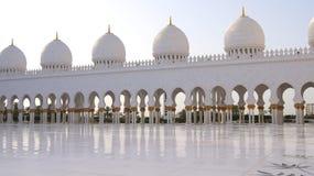 ABU DHABI, VEREINIGTE ARABISCHE EMIRATE - 2. April 2014: Weiße großartige Moschee errichtet mit Marmorstein gegen blauen Himmel,  Lizenzfreies Stockbild