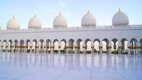ABU DHABI, VEREINIGTE ARABISCHE EMIRATE - 2. April 2014: Weiße großartige Moschee errichtet mit Marmorstein gegen blauen Himmel,  Stockbild