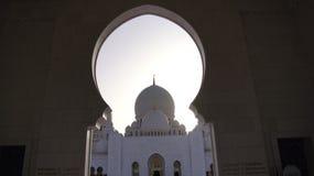 ABU DHABI, VEREINIGTE ARABISCHE EMIRATE - 2. April 2014: Weiße großartige Moschee errichtet mit Marmorstein gegen blauen Himmel,  Stockbilder