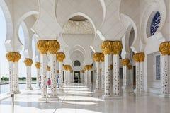 ABU DHABI, VEREINIGTE ARABISCHE EMIRATE - 5. DEZEMBER 2016: Sheikh Zayed Grand Mosque in Abu Dhabi, die Hauptstadt von UAE Stockfoto