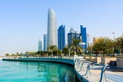 Abu Dhabi, Vereinigte Arabische Emirate - 27. Januar 2018: Moderne Gebäude im Stadtzentrum gelegener Abu Dhabi-Ansicht vom gehend Lizenzfreie Stockbilder