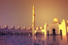 Abu Dhabi, Vereinigte Arabische Emirate - 22. März 2017: Hauben und Minarett bei Sonnenuntergang in Sheikh Zayed Grand Mosque Stockfotos