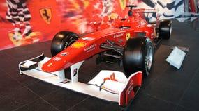 ABU DHABI, VERENIGDE ARABISCHE EMIRATEN - 4 APRIL, 2014: De raceauto van Ferrari F1 op vertoning bij het Ferrari-Wereldpretpark b Stock Afbeelding