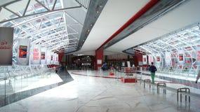 ABU DHABI, VERENIGDE ARABISCHE EMIRATEN - 4 APRIL, 2014: Ferrari-het binnenland van de het Parkhal van het Wereldthema stock foto