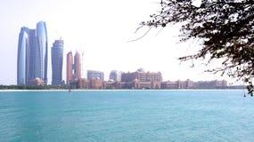 ABU DHABI, VERENIGDE ARABISCHE EMIRATEN - 4 APRIL, 2014: Horizonmening van van Emiraten het Paleis en van Etihad Torens stock afbeelding