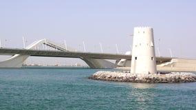 ABU DHABI, VERENIGDE ARABISCHE EMIRATEN - 2 APRIL, 2014: Horizontaal schot van Sheikh Zayed Bridge Stock Foto's