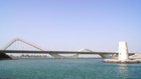ABU DHABI, VERENIGDE ARABISCHE EMIRATEN - 2 APRIL, 2014: Horizontaal schot van Sheikh Zayed Bridge Stock Afbeelding