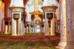 Abu Dhabi, Verenigde Arabische Emiraten - 13 December, 2018: Binnenland van de Grote Moskee in Abu Dhabi - de belangrijkste zaal royalty-vrije stock foto