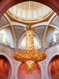 Abu Dhabi, Verenigde Arabische Emiraten - 13 December, 2018: Binnenland van de Grote Moskee in Abu Dhabi - kroonluchter royalty-vrije stock afbeelding