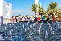 Abu Dhabi, Verenigde Arabische Emiraten - 13 December, 2018: decoratieve waterpools voor de Grote Moskee royalty-vrije stock fotografie
