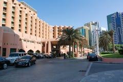 ABU DHABI, VERENIGDE ARABISCHE EMIRATEN - 4 DECEMBER, 2016: Sheraton Abu Dhabi Hotel & de Toevlucht zijn een vijfsterrentoevlucht stock afbeeldingen