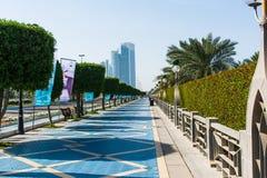 Abu Dhabi, Verenigde Arabische Emiraten - 27 Januari, 2018: Abu Dhabi Corniche-het lopen gebied met oriëntatiepuntmening van mode stock afbeelding