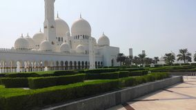 Abu Dhabi, Verenigde Arabische Emiraten - Oktober 2018: Al Nahyan van de Sultan van de Bak van Zayed van de sjeik Moskee stock videobeelden