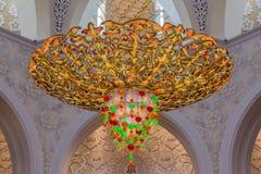 Abu Dhabi, Zjednoczone Emiraty Arabskie, Grudzień 16, 2015: Ozdobny świecznik w Sheikh Zayed Uroczystym meczecie zdjęcia royalty free