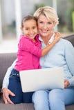 Abuela cariñosa de la nieta Fotografía de archivo libre de regalías