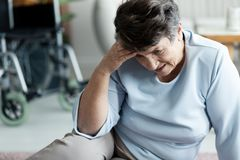 Abuela con dolor de cabeza después de caer en el piso foto de archivo libre de regalías