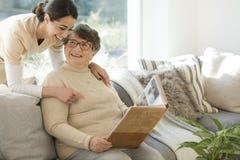 Abuela con el cuidador blando Foto de archivo
