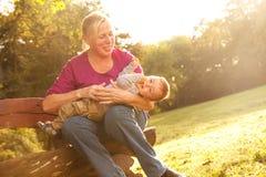 Abuela con el nieto en parque Foto de archivo