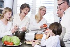 Abuela con la familia que ríe en cocina Fotografía de archivo libre de regalías
