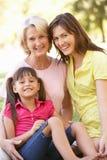 Abuela con la madre y la hija en parque Fotografía de archivo