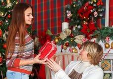Abuela con la nieta que celebra la Navidad Fotos de archivo