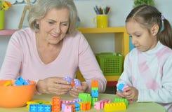 Abuela con la nieta que juega junto Fotos de archivo libres de regalías