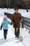 Abuela con la nieta y el perro en caminata Fotografía de archivo libre de regalías