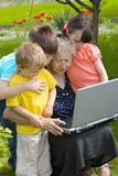 Abuela con los niños fotografía de archivo