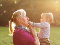 Abuela con su nieto Imagen de archivo libre de regalías