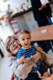 Abuela con su nieto Fotografía de archivo