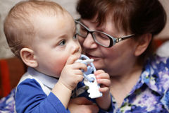 Abuela con su nieto Imagen de archivo