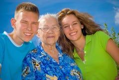 Abuela con sus cabritos magníficos Fotos de archivo libres de regalías