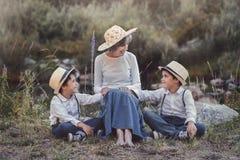 Abuela con sus nietos Imagen de archivo