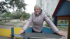 Abuela con un monopatín almacen de video