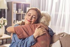 Abuela de abarcamiento de la señora alegre en sitio Fotos de archivo libres de regalías