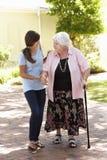Abuela de ayuda de la nieta adolescente hacia fuera en paseo Imagen de archivo