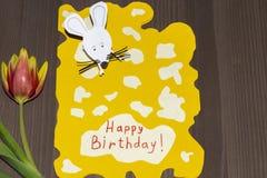 Abuela del feliz cumpleaños de la tarjeta de felicitación El nieto a la abuela lo hizo manualmente imágenes de archivo libres de regalías