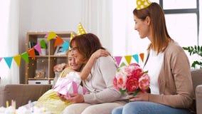 Abuela del saludo de la nieta en cumpleaños almacen de metraje de vídeo