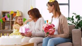 Abuela del saludo de la nieta en cumpleaños metrajes