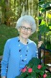 Abuela en el jardín Foto de archivo libre de regalías