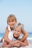 Abuela en la playa con la nieta Imágenes de archivo libres de regalías