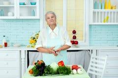 Abuela en un delantal el vegetariano Imágenes de archivo libres de regalías