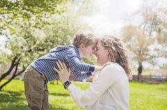 Abuela feliz y nieto cara a cara en parque Fotografía de archivo