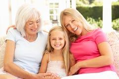 Abuela, hija y nieta relajándose imagenes de archivo