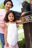 Abuela hispánica y nieta que comprueban el buzón fotos de archivo libres de regalías