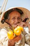 Abuela, la fruta de la dependienta Imagenes de archivo