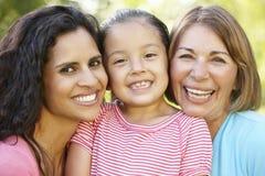 Abuela, madre hispánica e hija relajándose en parque foto de archivo libre de regalías