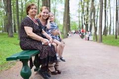 Abuela, madre y pequeña hija en el parque Imágenes de archivo libres de regalías