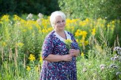 Abuela mayor al aire libre Imagen de archivo